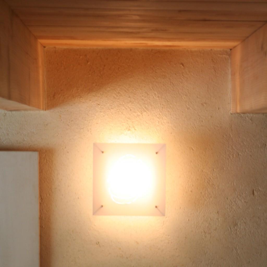 jeu_de_lumiere_poutres_apparentes_enduit_isolant_interieur_terre_copeaux_aveyron_pieds_nus_habitat